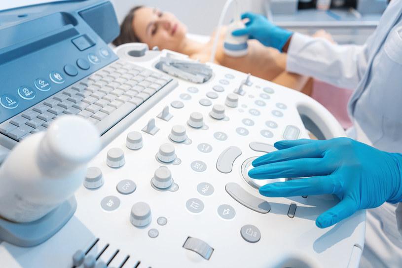 Guz piersi można wykryć podczas samobadania, badania palpacyjnego przeprowadzanego przez lekarza, podczas USG piersi i mammografii /123RF/PICSEL