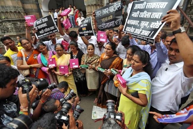 Gwałt na fotoreporterce wywołał oburzenie w społeczeństwie. /DIVYAKANT SOLANKI /PAP/EPA