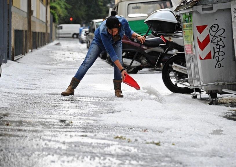 Gwałtowne burze wraz z opadami gradu przeszły nad Toskanią /PAP/EPA