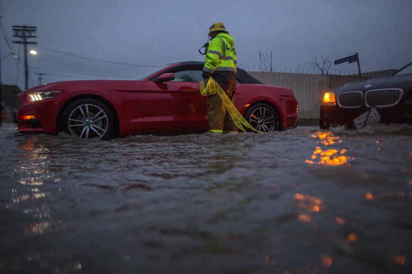 Gwałtowny front burzowy zaatakował Kalifornię /PAP/EPA