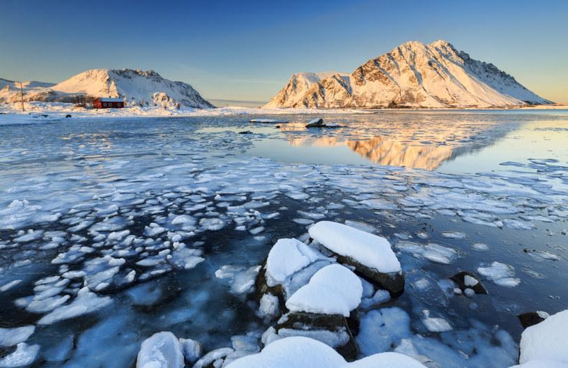 Gwałtowny wzrost temperatur na świecie powoduje m. in. topnienie lodowców w rejonie koła podbiegunowego /Roberto Moiola /East News