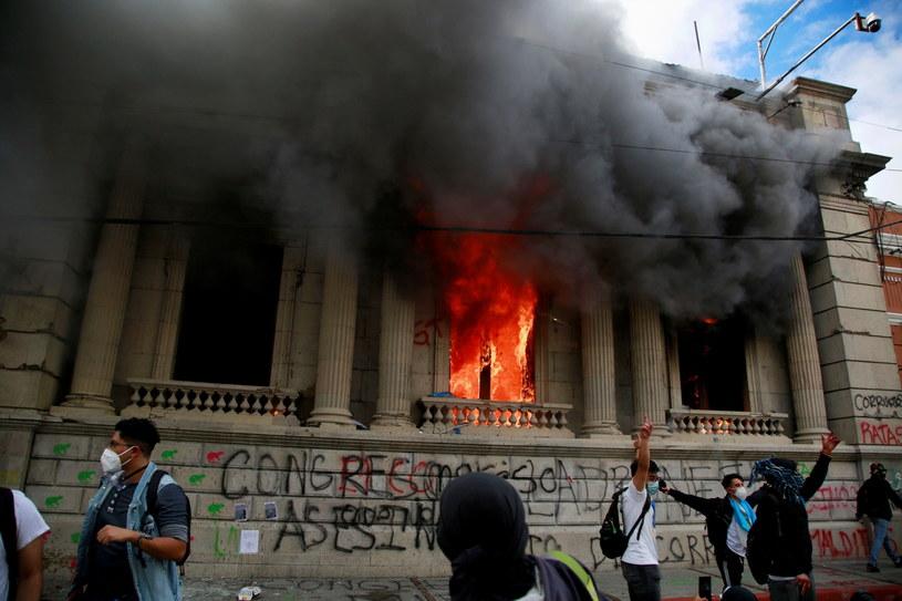 Gwatemala: Protestujący podpalili parlament /ESTEBAN BIBA /PAP/EPA