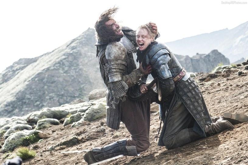 """Gwendoline Christie jako dzielna Brienne w scenie z """"Gry o tron"""" /materiały prasowe"""