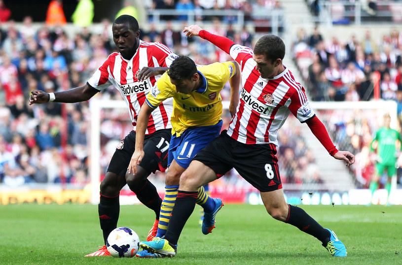 Gwiazda Arsenalu Londyn Mersut Oezil znakomicie drybluje /AFP