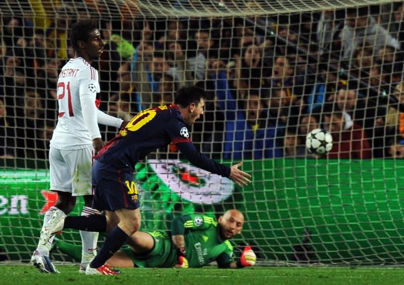 Gwiazda Barcelony Lionel Messi strzela gola w meczu z Milanem /AFP