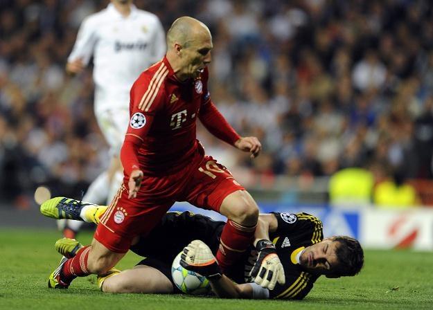 Gwiazda Bayernu Arjen Robben w pojedynku z bramkarzem Realu Ikerem Casillasem /AFP