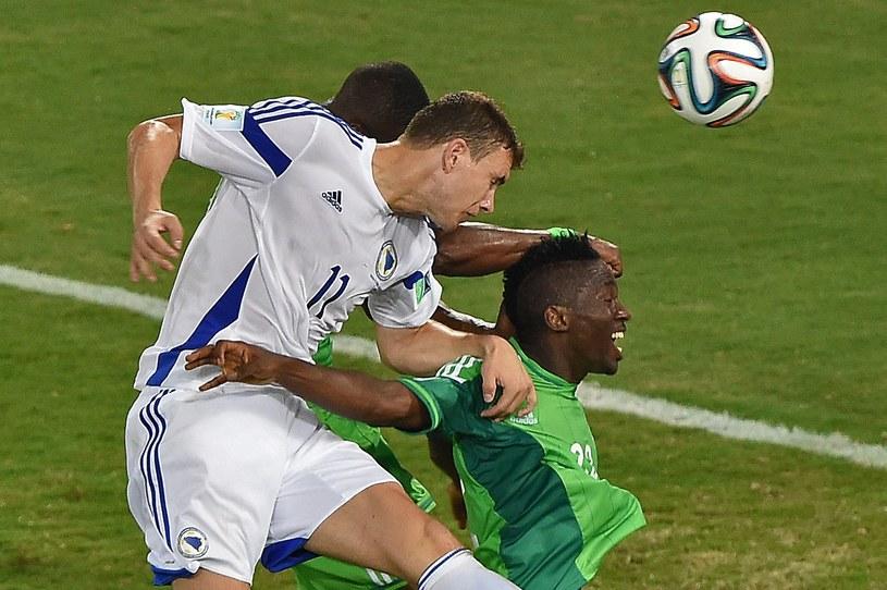 Gwiazda Bośni i Hercegowiny Edin Dżeko główkuje na bramkę Nigerii /AFP