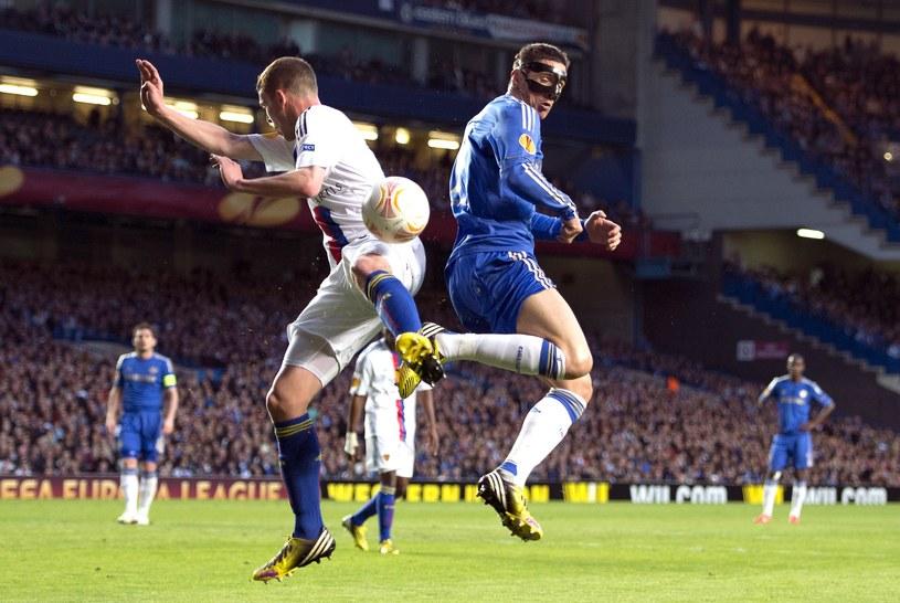 Gwiazda Chelsea Londyn Fernando Torres (z prawej) i Fabian Frei z FC Basel /AFP