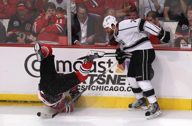 Gwiazda Chicago Blackhawks Patrick Sharp (z lewej) po ataku Roba Scuderiego z Los Angeles Kings /AFP