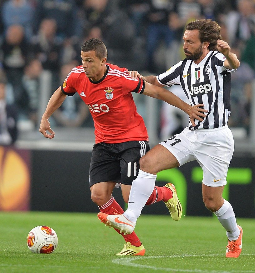 Gwiazda Juventusu Andrea Pirlo (z prawej) i gracz Benfiki Rodrigo /PAP/EPA