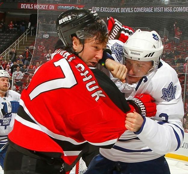 Gwiazda New Jersey Devils Ilja Kowalczuk w pojedynku z Dionem Phaneufem /AFP