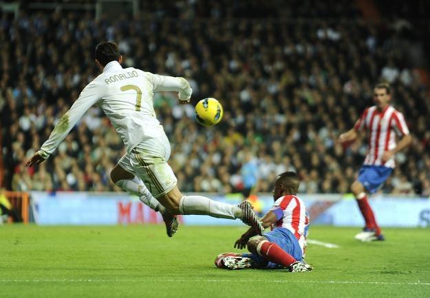 Gwiazda Realu Cristiano Ronaldo szarżuje podczas meczu z Atletico w derbach Madrytu /AFP