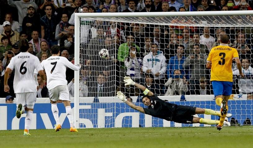Gwiazda Realu Madryt - Cristiano Ronaldo strzela gola z rzutu karnego w meczu z Juventusem /PAP/EPA