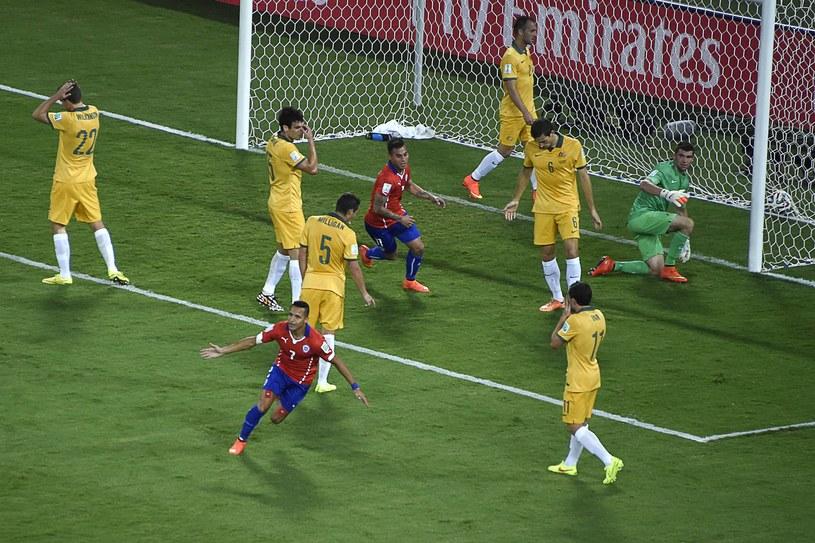 Gwiazda reprezentacji Chile Alexis Sanchez cieszy się po zdobyciu gola w meczu z Australią /AFP