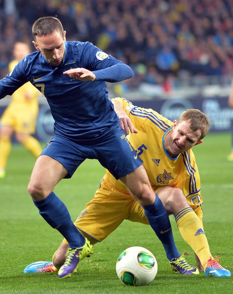 Gwiazda reprezentacji Francji, Franck Ribery (z lewej) i Oleksandr Kuczer z Ukrainy /AFP
