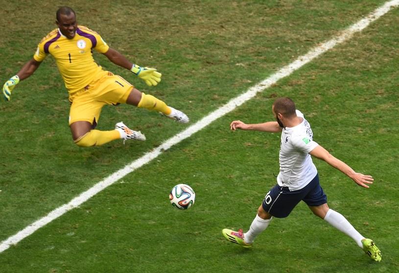 Gwiazda reprezentacji Francji - Karim Benzema tym razem nie potrafił wykorzystać nawet takich okazji /AFP