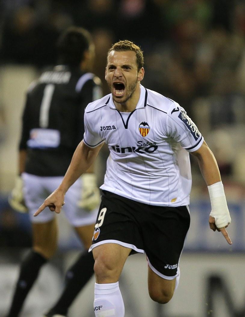 Gwiazda walencji - Roberto Soldado błyszczy na murawie, ale klub i tak jest w olbrzymich tarapatach. /AFP