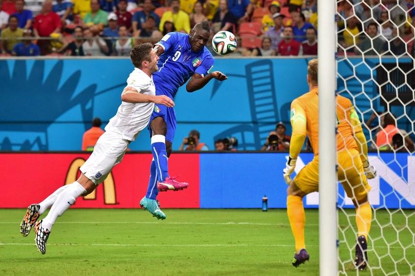 Gwiazda Włoch - Mario Balotelli strzela zwycięskiego gola w meczu z Anglią /AFP