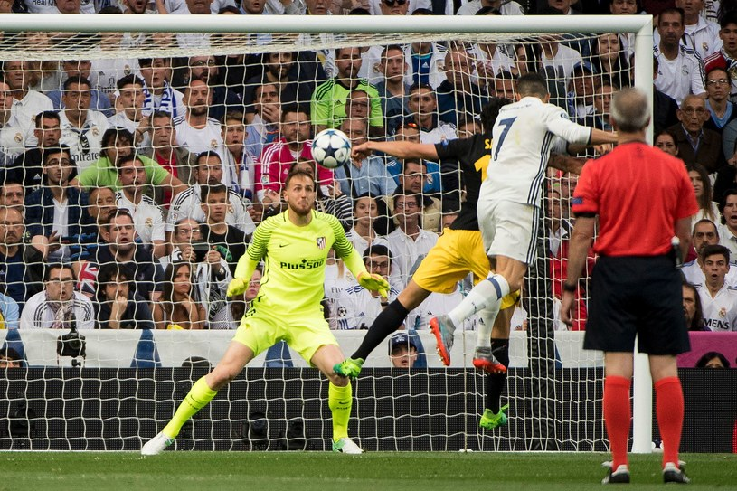Gwiazdor Realu Madryt - Cristiano Ronaldo strzela gola w meczu z Atletico /AFP
