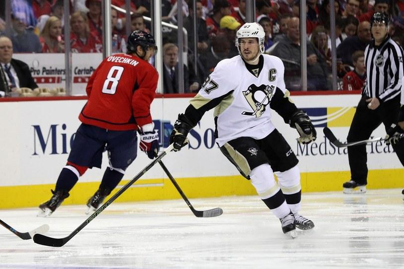 Gwiazdy hokeja: Aleksander Owieczkin (z lewej) i Sidney Crosby /AFP