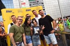 Gwiazdy i uczestnicy Zlotu w Katowicach robią sobie zdjęcia na ściance