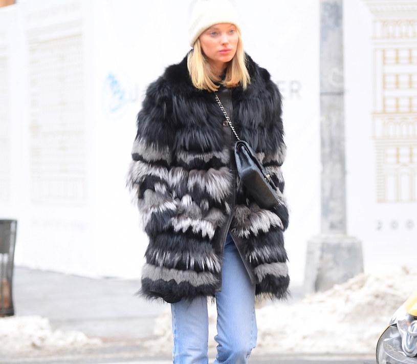 """Gwiazdy łączą """"ugly trainers"""" z kurtkami, płaszczami i luźnymi dżinsami /East News"""