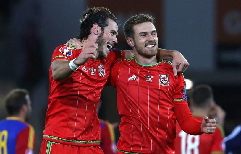 Gwiazdy reprezentacji Walii - Gareth Bale (z lewej) i Aaron Ramsey /AFP