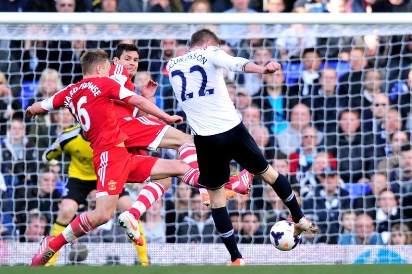 Gylfi Sigurdsson strzela zwycięskiego gola dla Tottenhamu /AFP