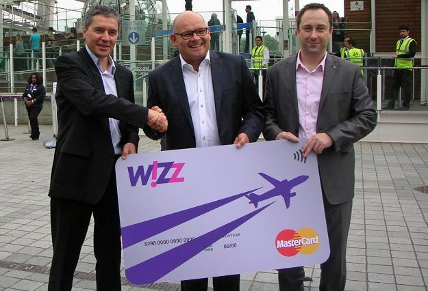 György Abrán (Wizz Air), Piotr Czarnecki i Marcin Chruściel (Raiffeisen Polbank) podczas prezentacji /INTERIA.PL