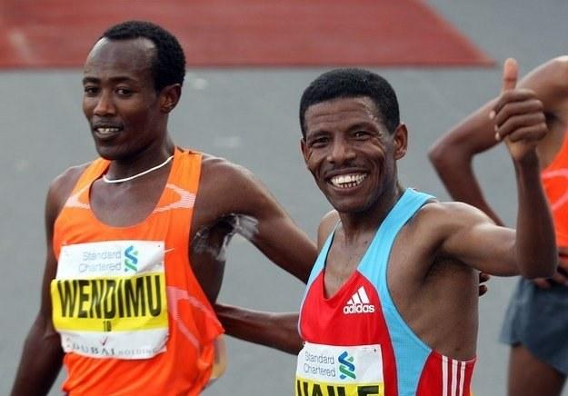 Haile Gebrselassie (z prawej) /AFP