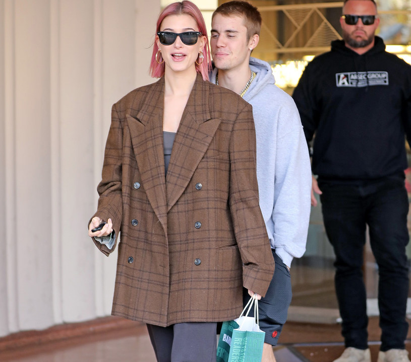 Hailey Bieber w modnej, brązowej marynarce /East News