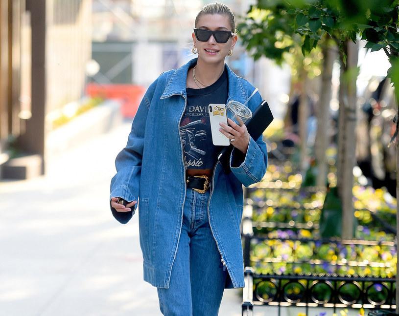 Hailey Bieber w modnej jeansowej katanie /Robert O'neil/Splash News /East News