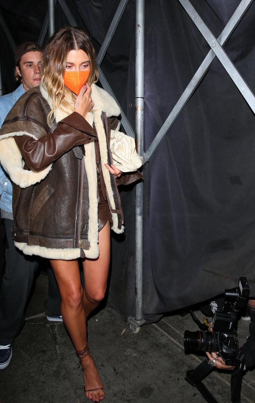 Hailey Bieber zestawiła kurtkę z delikatną sukienką /RMCL, NGRE20/Backgrid/East News