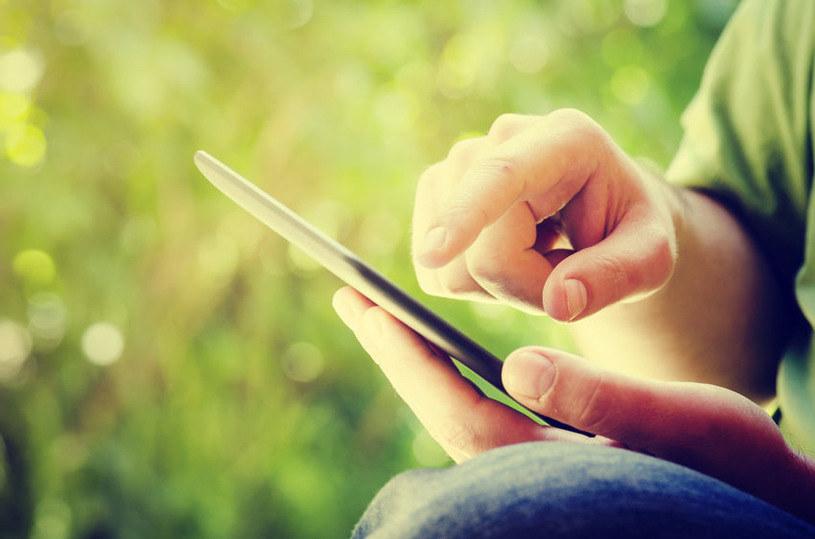 Hakerzy mogą używać zamienników oryginalnych ekranów w uszkodzonych smartfonach /123RF/PICSEL