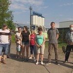 Hałaśliwa fabryka peletu w Stanowicach. Ludzie montują podwójne okna