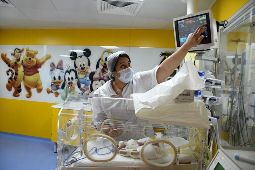 Halima Cisse urodziła dziewięcioraczki, tym samym bijąc dotychczasowy rekord świata, ustanowiony przez Nadyę Suleman /Anadolu Agency / Contributor /Getty Images