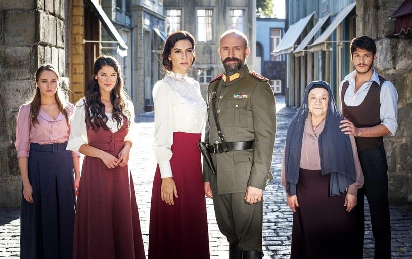 """Halit Ergenç i Bergüzar Korel jako Cevdet i Azize w """"Zranionej miłości"""". Inaczej mówiąc, są małżonkami nie tylko w życiu, ale i na ekranie /Kurier TV"""