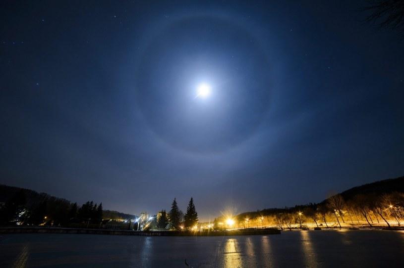Halo to zjawisko optyczne zachodzące w atmosferze ziemskiej. /Peter Komka (EPA) /PAP/EPA