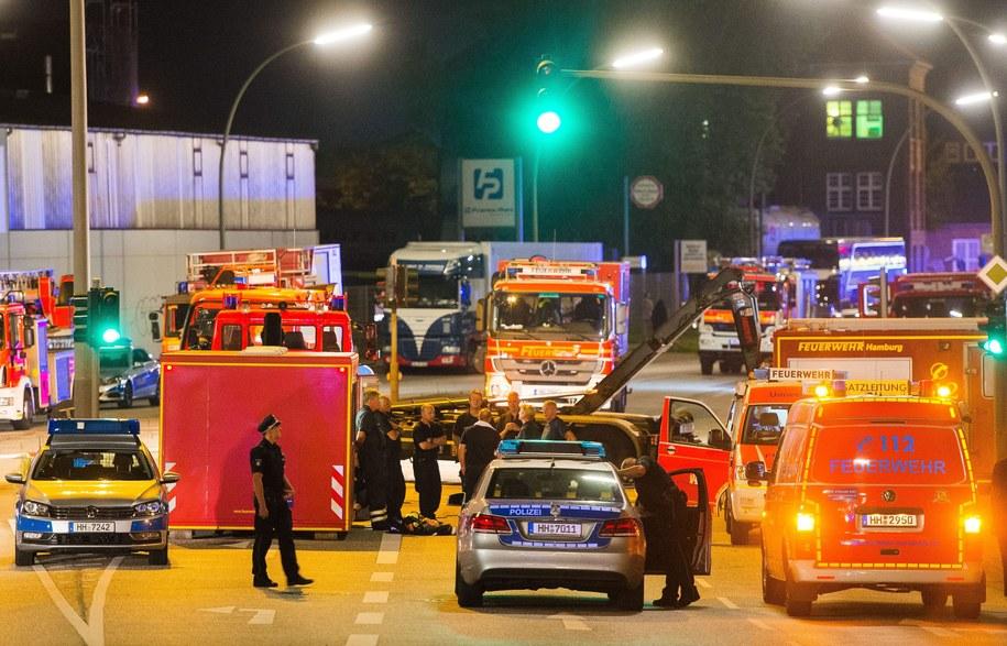 Hamburg. Strażacy i policjanci na terenie fabryki chemicznej, gdzie ulatniał się niebezpieczny gaz /Daniel Bockwoldt /PAP/EPA