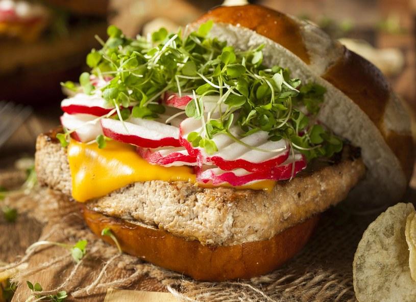 Hamburger bedzie bardziej tuczący, jeżeli zrobimy go w pszennej bułce /Picsel /123RF/PICSEL