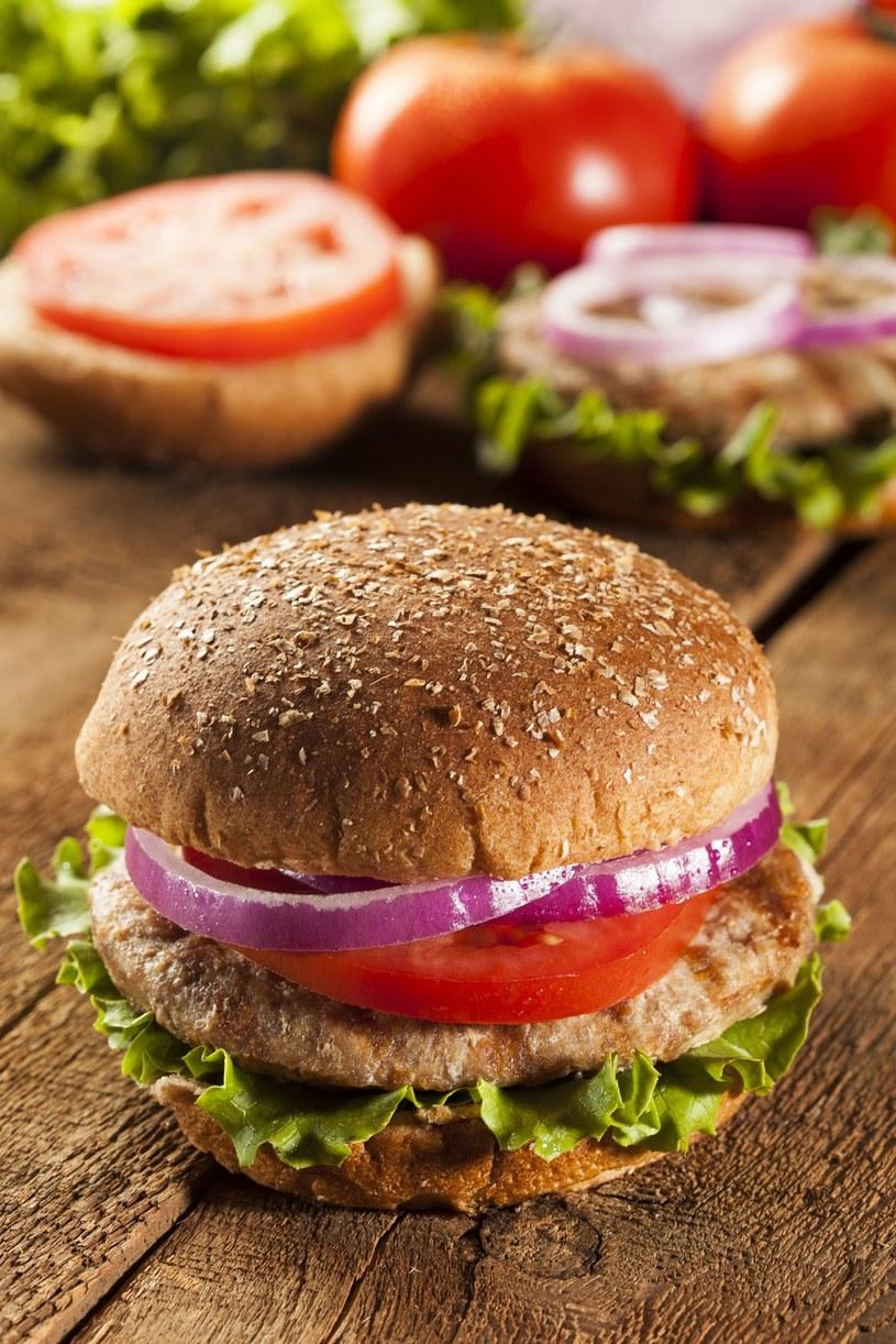 Hamburger w pełnoziarnistej bułce /123RF/PICSEL
