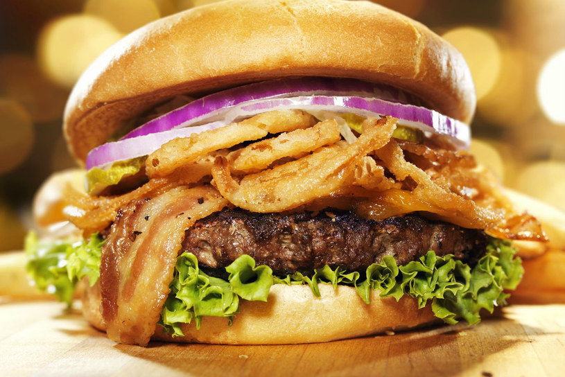 Hamburger wcale nie musi być niezdrowym posiłkiem. Nie może jednak stanowić on podstawy diety /123RF/PICSEL