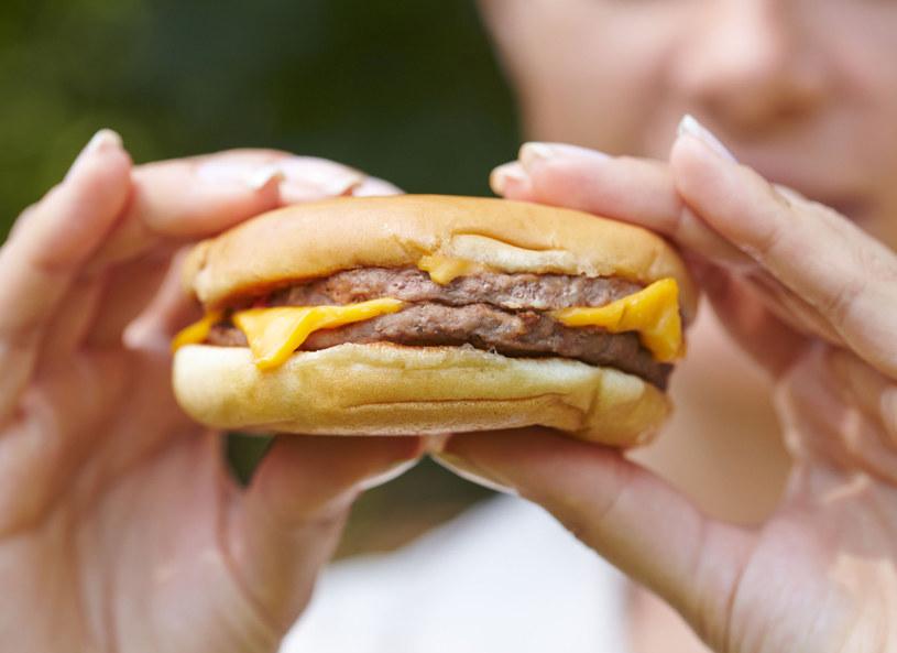 Hamburger - wcale nie taki zły? /123RF/PICSEL