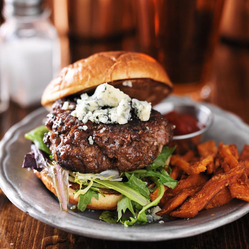 Hamburger z warzywami /123RF/PICSEL