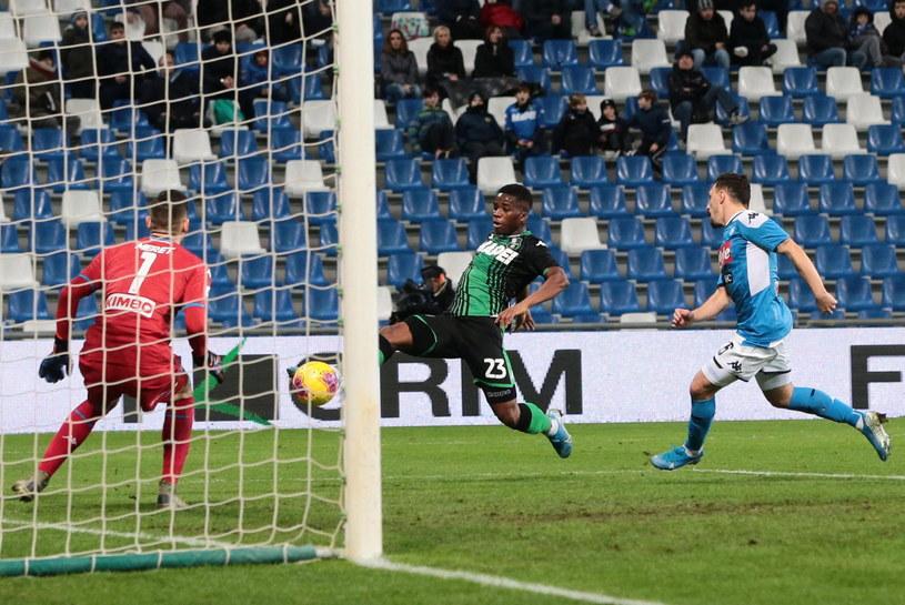 Hamed Traore (z lewej) zdobył bramkę dla Sassuolo, ale jego drużyna nie zdołała zdobyć punktu /PAP/EPA/Elisabetta Baracchi /PAP/EPA