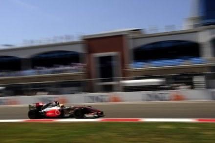 Hamilton: Sezon powinien rozpocząć się dziś /AFP