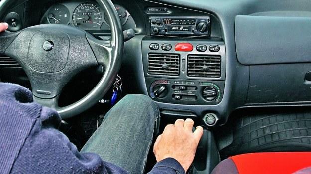 """Hamowanie silnikiem przynosi korzystne efekty pod warunkiem, że nie wrzucimy zbyt niskiego przełożenia (ryzyko """"przekręcenia"""" silnika). /Motor"""