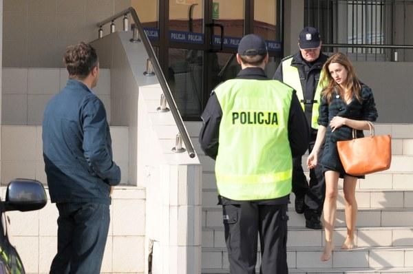 Piotr Gawryło (Marek Bukowski) będzie czekał na Hanę Goldberg (Kamila Baar) przed aresztem...