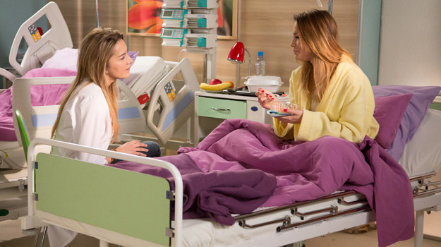 Hana otoczy Paulę opieką. Będzie martwić się zarówno o pacjentkę, jak i o dziecko, które zamierza adoptować... /Agencja W. Impact