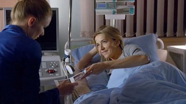 Hana pokazuje Wiki zdjęcie z badania USG. Kobieta nie kryje zazdrości. /www.nadobre.tvp.pl/